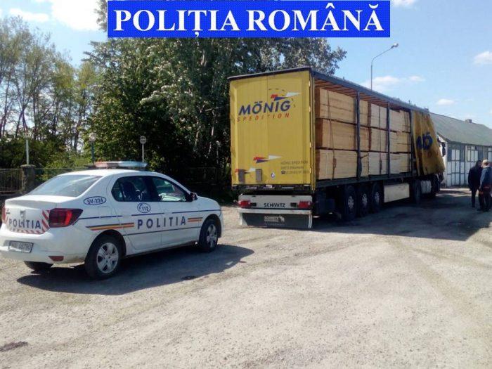 Camion încărcat cu cherestea oprit de polițiști la Vadu Moldovei