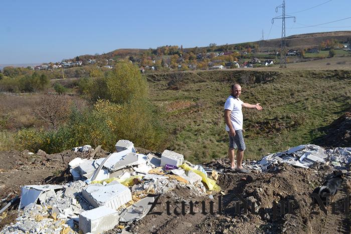 TUPEU IMENS! Groapa de gunoi ilegală improvizată de Primăria Fălticeni în poligon, folosită și în timpul vizitei ministrului Mediului