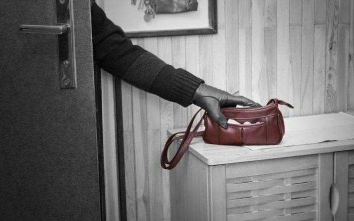 O fălticeneancă a lăsat ușa deschisă și a plecat de acasă, iar în urma ei a intrat un hoț care i-a luat electrocasnicele și bijuteriile