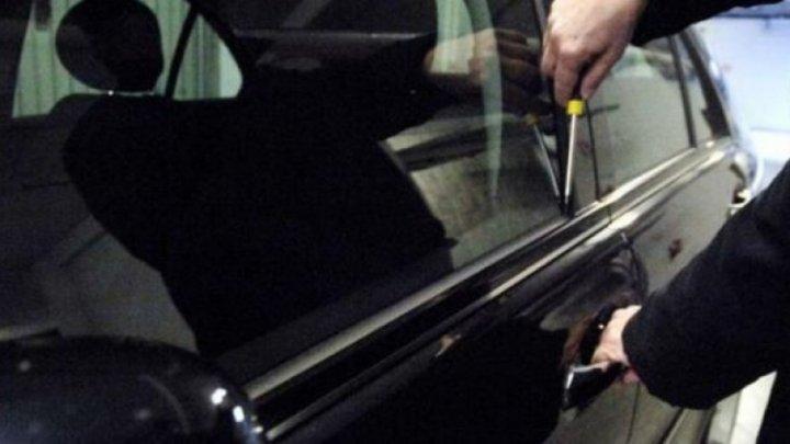 Furturi de componente auto la Suceava:doi hoți au ridicat o mașină cu cricul și au încercat să sustragă un catalizator