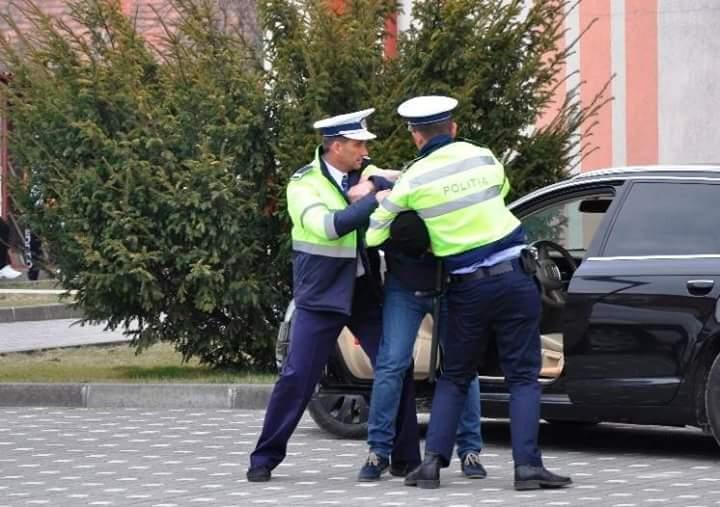 Un șofer agresiv care a refuzat să sufle în etilotest a fost încătușat de polițiști
