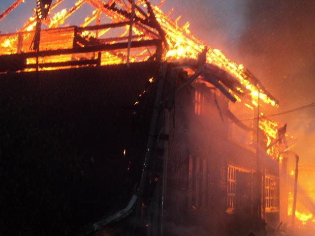 Casă mistuită de flăcări, în satul Slobozia