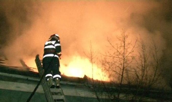 Incendiu cauzat de scurtcircuit la o casă din Vatra Dornei