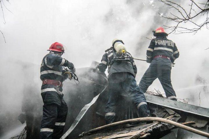 Locuință din Mălini distrusă într-un incendiu provocat de coșul de fum deteriorat