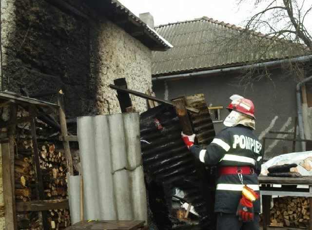 Focul unei afumătorii a declanșat un puternic incendiu la Sucevița