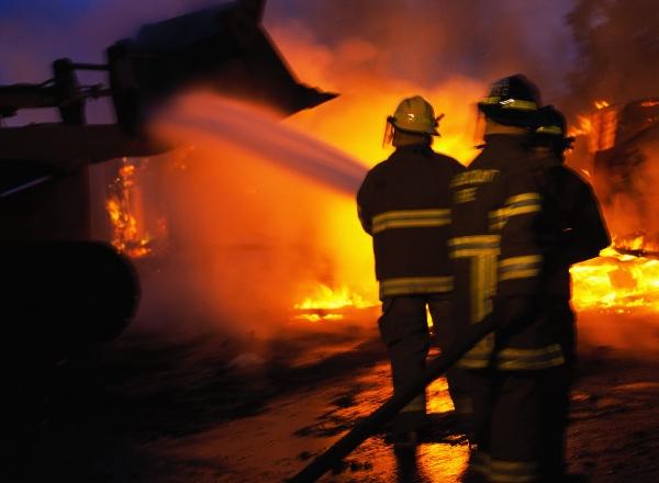 Flăcările provenite de la un aragaz au distrus o casă din Broşteni