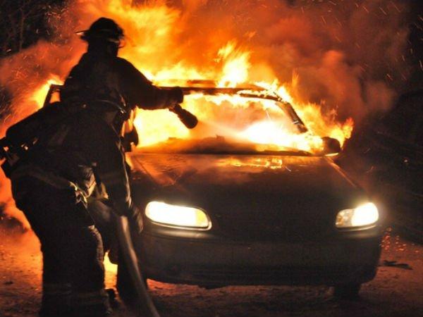 Încă o mașină incendiată intenționat la Rădăuți