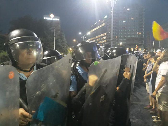 """Fălticeneni bătuți de jandarmi la Mitingul Diasporei din 10 august. Două picioare în cap încasate în curtea guvernului """"Ca să te înveți minte să  nu mai vii la București la proteste"""""""