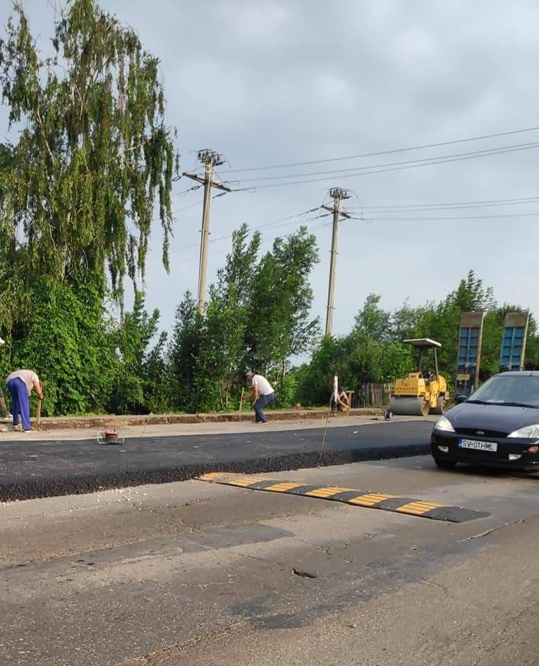 """Limitator de viteză acoperit parțial de asfalt, la Fălticeni. Primarul Coman a cerut o verificare de la Inspectoratul de Stat în Construcții: """"Când am ajuns la fața locului nu era niciun limitator de viteză sub stratul de asfalt"""""""