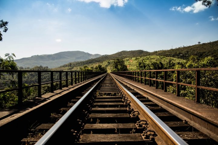 După autostrăzi, avem și căi feratetrasatecu carioca: linie ferată de mare viteză Ploieşti – Siret