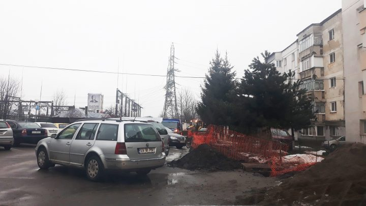 Scandal într-un cartier din Fălticeni: locuitorii sunt supărați pe senatorul Ioan Stan după ce o firmă care efectuează lucrări la noua sală de evenimente a  pensiunii Iristar a săpat gropi pe stradă, în fața blocurilor, în parcări și a plecat acasă