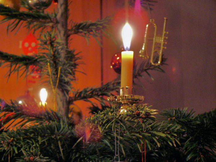 """Pompierii suceveni atrag atenția asupra bradului de Crăciun: """"Nu se vor aprinde artificii sau lumânari în brad sau în apropierea acestuia"""""""