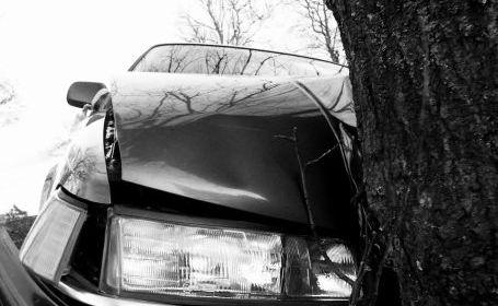 Șofer rănit ușor după ce a acroșat un copac, la Liteni