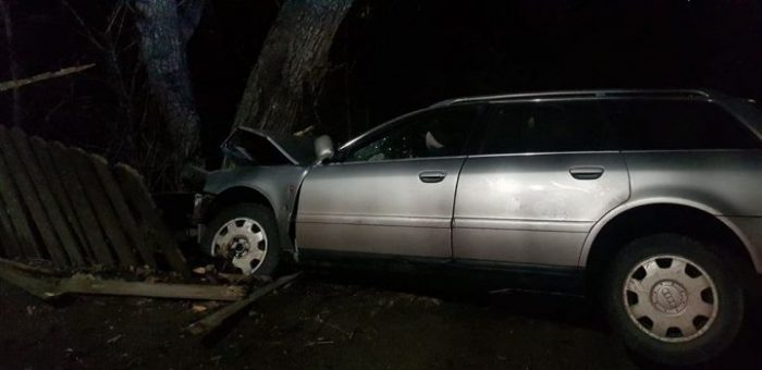 Șofer rupt de beat cu mașina într-un podeț și apoi în gard, la Zvoriștea