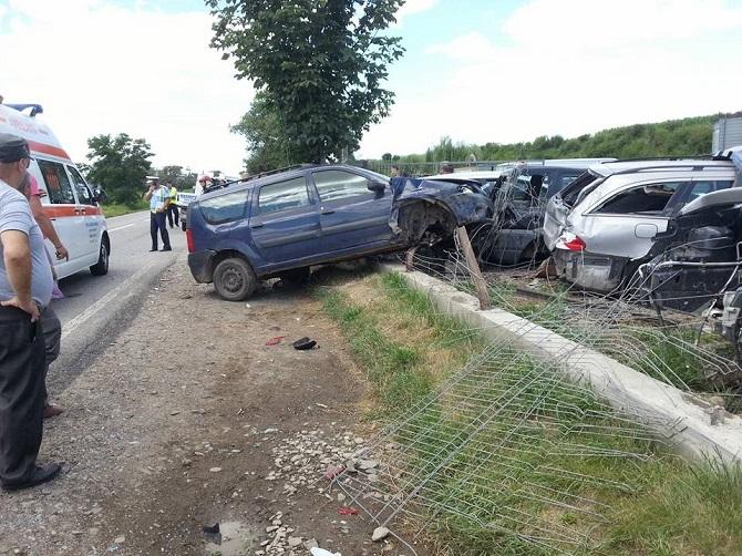 Pietoni loviți după ce 3 mașini s-au tamponat, la Păltinoasa
