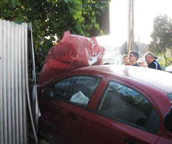 Doi tineri accidentați după ce mașina în care se aflau a izbit un gard, la Frumosu
