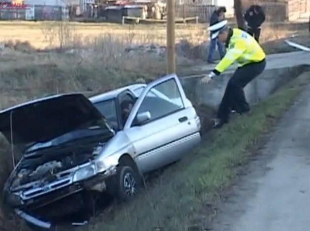 Conducător auto băut și fără permis cu mașina în șanț, la Dărmănești