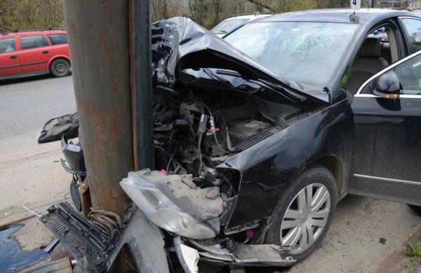 Un șofer băut din Rădăuți a intrat în doi stâlpi de pe marginea drumului