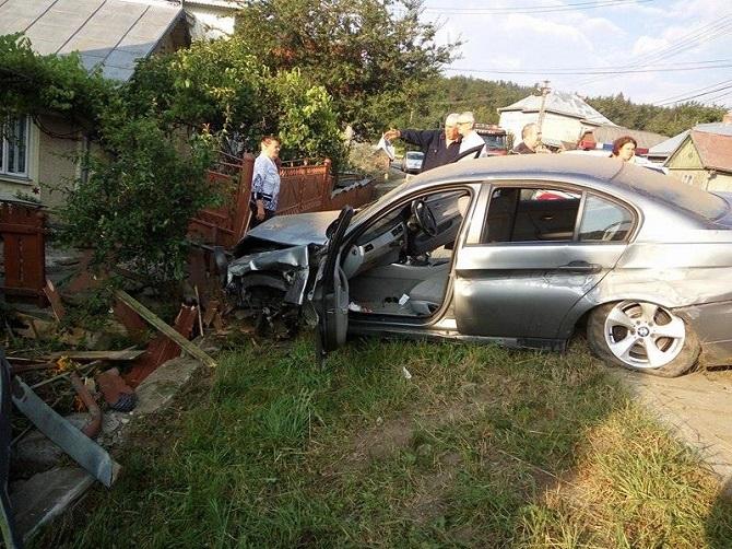 Un șofer din Câmpulung Moldovenesc a intrat în gardul unei case, apoi a fugit de la locul accidentului