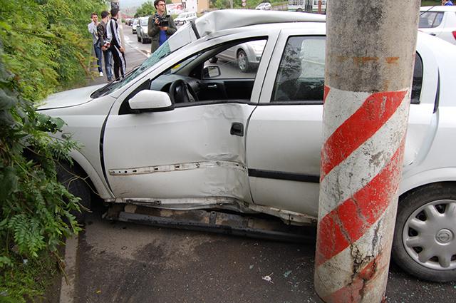 5 răniți după ce un autoturism a intrat într-un stâlp, la Suceava
