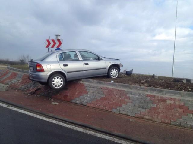 Un șofer băut a urcat cu mașina pe sensul giratoriu de la Păltinoasa