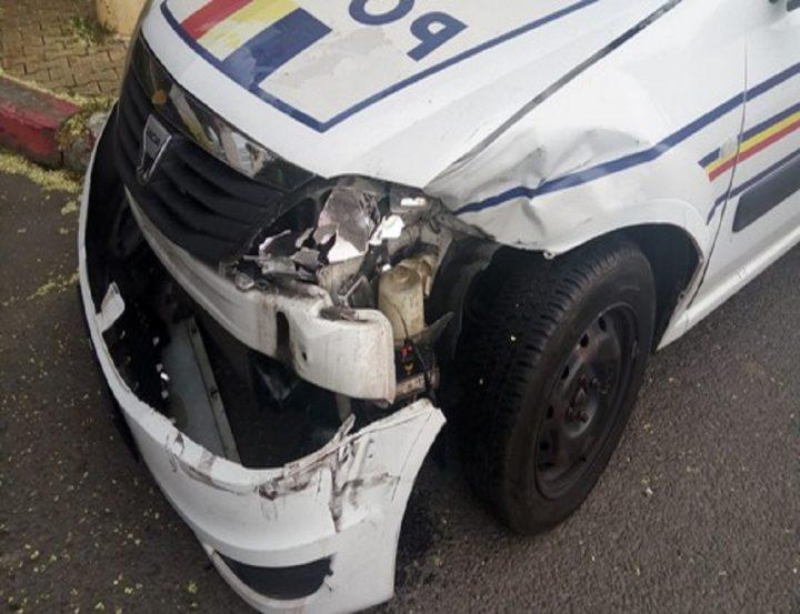 Un minor de 14 ani din Rădăuți s-a urcat la volan și a izbit un autoturism, apoi o autospecială de Poliție