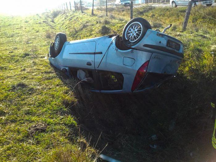 Accident la Vadu Moldovei: o șoferiță a pus la pământ un gard, după care s-a răsturnat. Cinci persoane au ajuns la spital