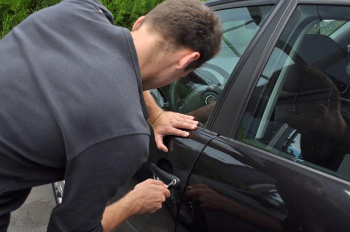 5 tineri au furat o mașină din Suceava, s-au plimbat cu ea și au parcat-o la marginea orașului