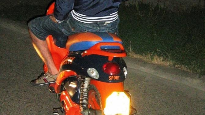Tânăr băut tras pe dreapta de polițiști pe când conducea fără permis un moped neînmatriculat, la Ulma