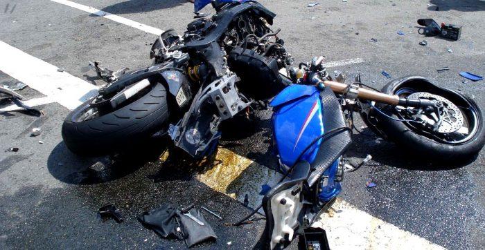 Motociclist accidentat grav după ce s-a izbit într-un autoturism, la Vatra Moldoviței