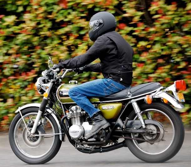 Motociclist amendat cu 1.300 lei pentru că nu deținea permis și echipament, iar vehiculul nu avea iluminare și semnalizare