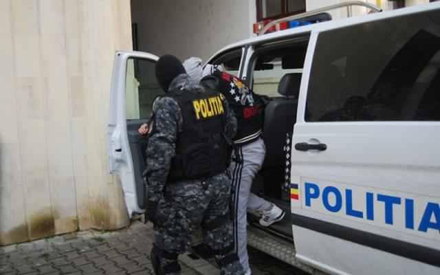 """Percheziții cu """"mascați"""" la Moldova Sulița, într-un caz de contrabandă"""