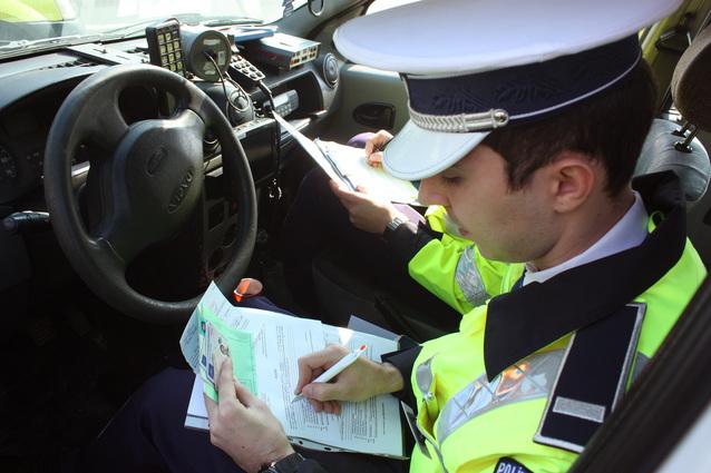 Un tânăr beat, cu permisul reținut, a pierdut controlul volanului și a produs un accident