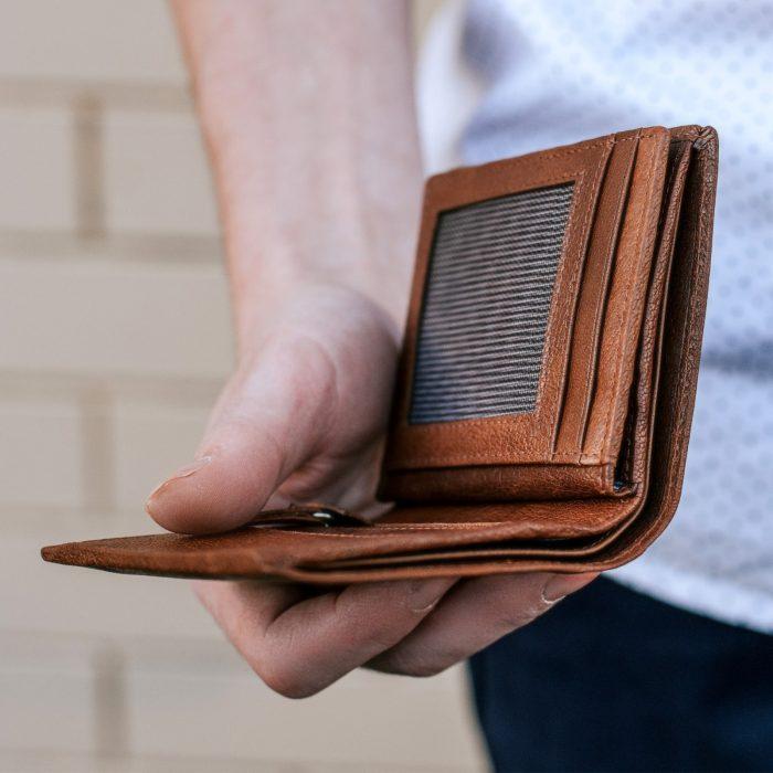 Un bărbat din Râșca cu mintea încețoșată de alcool, a sunat la 112 să vină poliției să-i găsescă portofelul care îi căzuse din buzunar. Omul se întorcea în crâșmă după ce își cumpărase țigări de la magazin