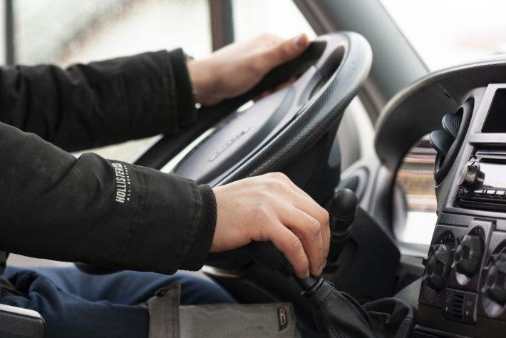 Un tânăr revenit din Germania, consemnat în izolare la domiciliu, a fost depistat de polițiști conducând mașina prin Gălănești