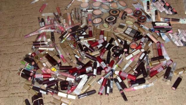 """Protecția Consumatorilor: """"Produsele cosmetice originale nu se vând la tarabe sau din sacoşă"""""""