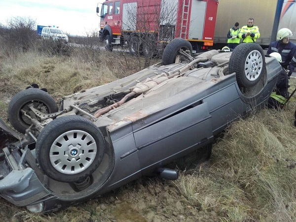 Un șofer băut și fără permis s-a răsturnat cu autoturismul la Cajvana