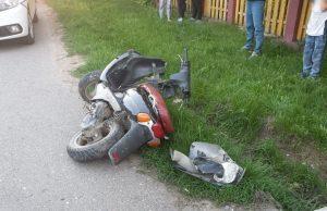 Minor accidentat grav după ce s-a izbit cu mopedul într-un autoturism, la Vicovu de Sus
