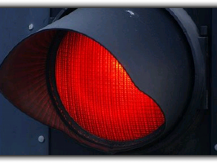 Un șofer turc a forțat trecerea pe culoarea roșie a semaforului și a accidentat o fălticeneancă care traversa regulamentar pe trecerea de pietoni