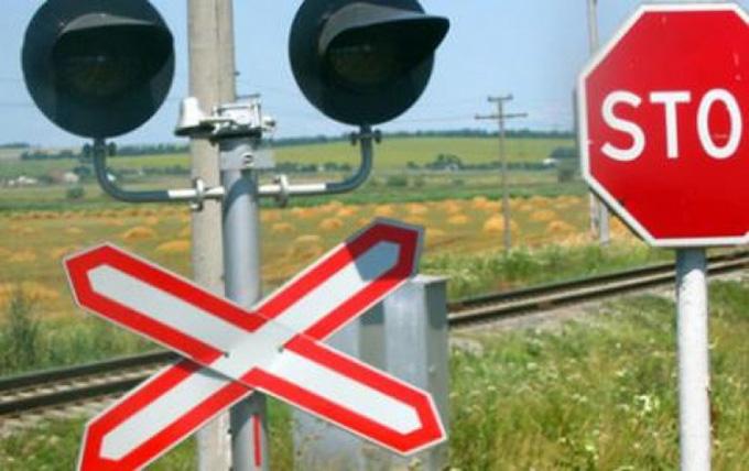 Șofer băut bine, cu mașina pe calea ferată, la Câmpulung Moldovenesc