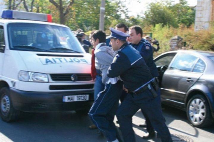 Sucevean încarcerat de polițiști după ce, beat fiind, a tamponat trei mașini parcate