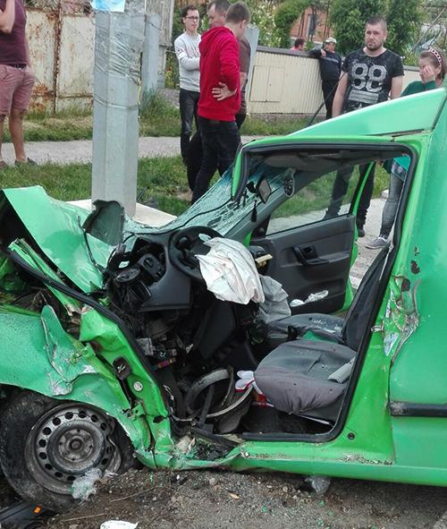 Tânăr din Valea Moldovei cu mașina în stâlp