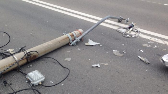 Un conducător auto sub influența alcoolului a culcat la pământ doi stâlpi, în Suceava