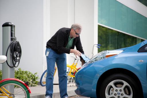 Sucevenii posesori de vehicule electrice le vor putea încărca gratuit la stațiile Primăriei până în martie 2023