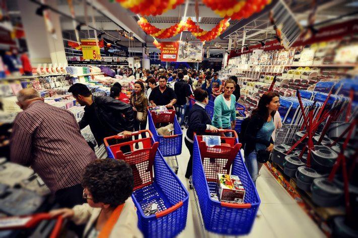 Furt într-un supermarket din Fălticeni: i-a luat portofelul cu bani și acte din coșul de cumpărături