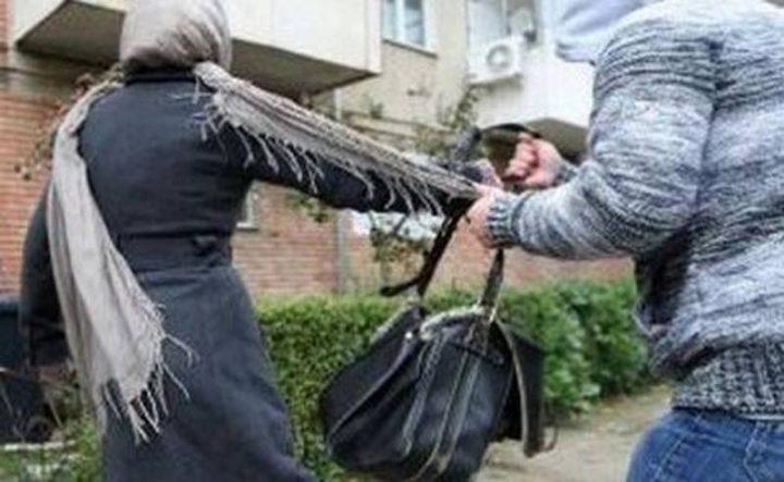 Hoțul violent care a lovit o femeie pentru a-i smulge geanta a fost reținut de polițiștii din Câmpulung Moldovenesc