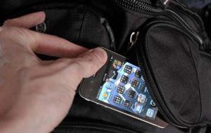Un tânăr din Slatina i-a furat telefonul unei femei