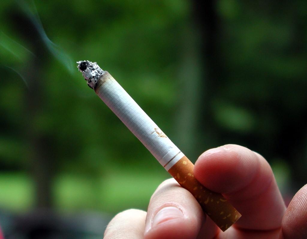 Incendiu la o locuință din Dărmăneşti de la o țigară nestinsă. Proprietarul a suferit arsuri la picior