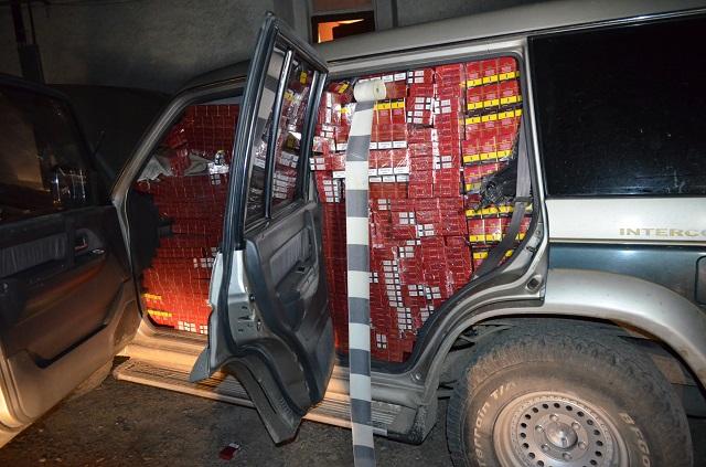 Autoturism fără numere de înmatriculare și burdușit cu țigări de contrabandă, abandonat la Brodina de Sus
