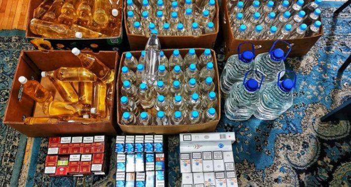 Comerciant din piața Fălticeni, prins cu alcool și țigări de contrabandă. Jandarmii i-au găsit marfa dosită într-un chioșc metalic